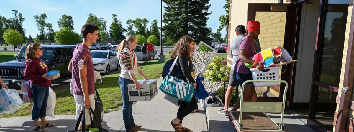 Students moving in to residential hall